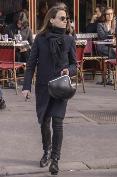 """Ja, das ist schon sehr klassisch. Aber die Frau ist schließlich mit dem Roller da und sieht aus als sei sie """"mal eben in der Mittagspause"""" zu Dior-Couture gebraust. Besonders hübsch: die Stiefel."""