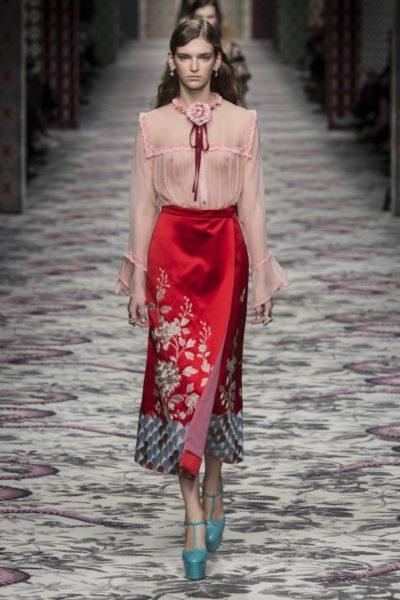 """Alessandro Michele kombiniert die Farbe für Gucci zu einem geschlitzten Rock in """"Fiesta""""-Rot"""