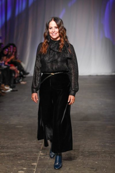 Modedesignerin Jill Stuart trägt selbst eine Samthose am Ende ihrer Fashion Show in New York