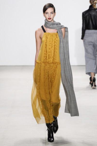 Marissa Webb: gelbes Chiffonkleid mit schwarzen Trägern zu schwarzen Schuhen