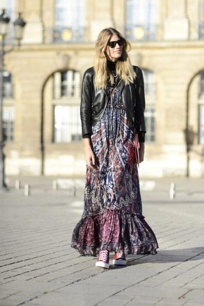 So wirkt ein sommerliches Maxi-Kleid modern und nicht zu verspielt: Veronika Heilbrunner trägt Lederjacke und rote Chucks zum Boho-Dress von Etro.
