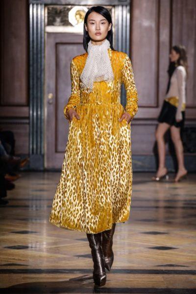 Gelbes Leopardenmuster aus Samt bei Sophie Theallet