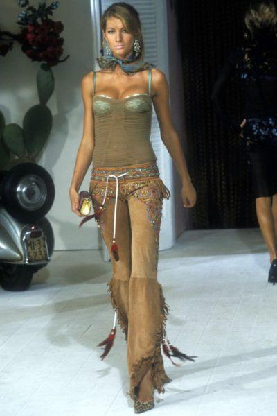 Der Grund für viel zu viele Solariumgänge: Supermodel Gisele Bündchen (Sommerkollektion 2001 von Dolce & Gabbana)