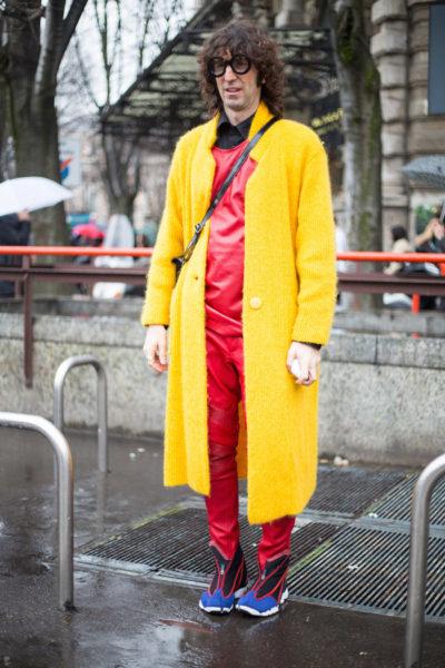Dieser Typ steht seit Jahren vor fast jeder Show in Mailand rum, hat nie eine Einladung, aber dafür umso buntere Farb-Kombinationen an.