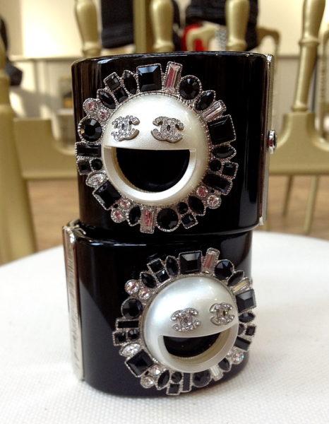Karl Lagerfeld hat Humor und das sieht man sogar seinen Chanel-Accessoires an. Emoji-Dekor auf Armreifen mit viel Glitzer.