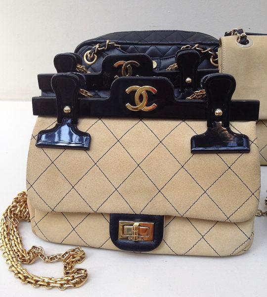 Ich liebe die vielen amüsanten Details bei den Chanel-Accessoires. Mit dieser Heftklammer-Halterung ist die Chanel-Bag noch bürotauglicher.