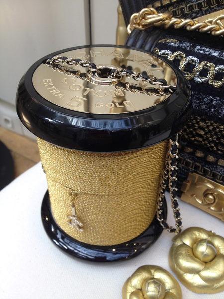 Herrlich exzentrisch und herrlich unpraktisch. Garnrollen-Tasche von Chanel. Es ist der beste Showroom überhaupt. Man könnte jedes Objekt vorstellen, solch' eine Explosion an amüsanten und witzigen Ideen ist hier vertreten.