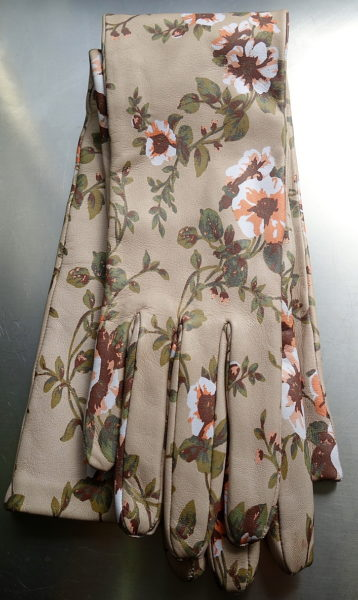 Sind die nicht ein Traum? Lange Blumenhandschuhe aus Leder von Rochas. Die gibt es auch in Grün.