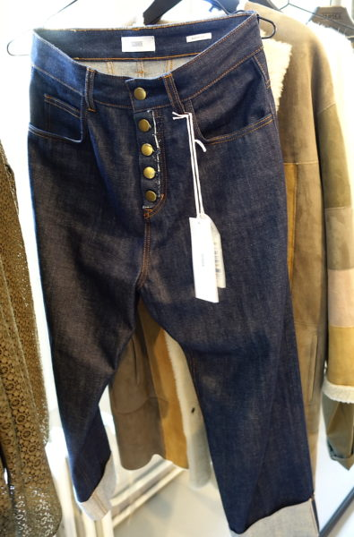 High Waist, weit und dreiviertel lang. Genauso eine Jeans hat man noch nicht im Schrank und braucht man jetzt. Von Closed.