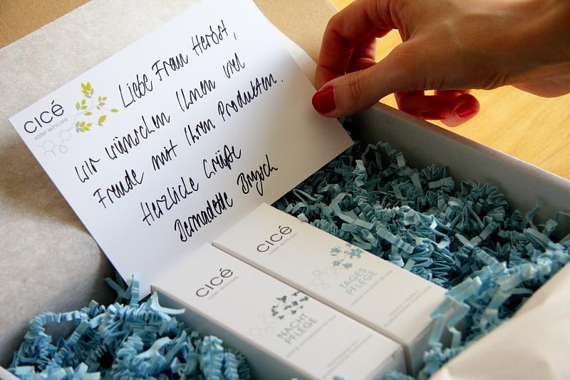 Ein handgeschriebener Brief ist jedem Online-Paket beigelegt.