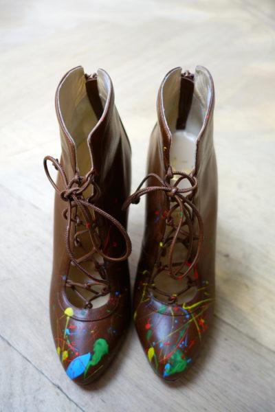 Das sind Louboutins mit Farbflecken. Toll, toll, toll. Designed für die Art Kollektion von Olympia Le-Tan.
