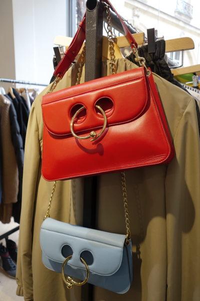 J.W. Anderson ist derzeit ein Designer-Liebling und kann designen, was er will. Hier Taschen im 70er-Look.