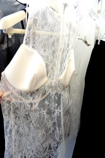 La Perla startet einen zweiten Versuch in die Damenmode. Doch auch diesmal schaut die Oberbekleidung eher wie eine Unterbekleidung aus.  Also lieber drunter ziehen.