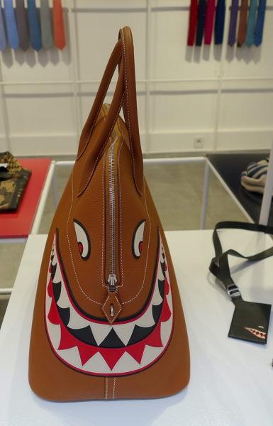 Ein Weekender mit Biss von Hermès. Die Lederarbeiten stellen einen Hai dar.