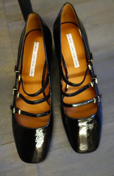 Halbhohe Lackpumps sind in Paris der Schuh, den man JETZT BRAUCHT. Schade eigentlich dass dieses dreifache Riemchen-Modell von & Other Stories erst nächste Saison kommt.