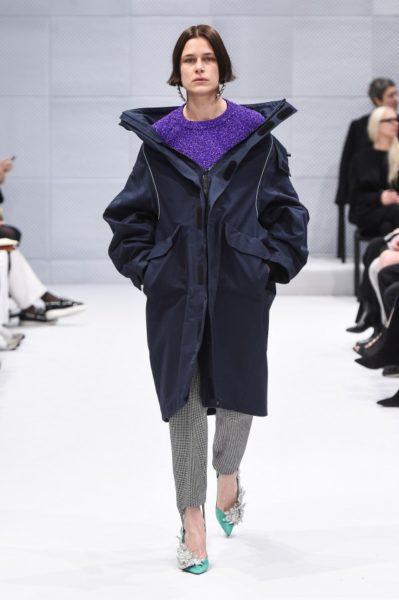 Modell aus Demna Gvasalias erster Kollektion für Balenciaga für den Winter 2016-17