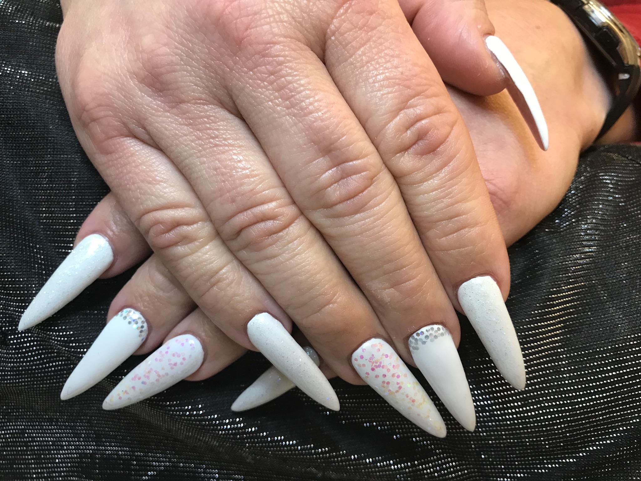 Frau mit langen fingernägeln
