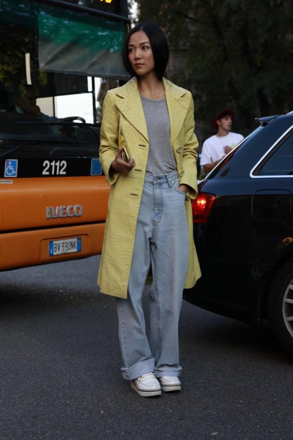 Streetstyle Sommer schlechtes Wetter Modepilot gelber Mantel