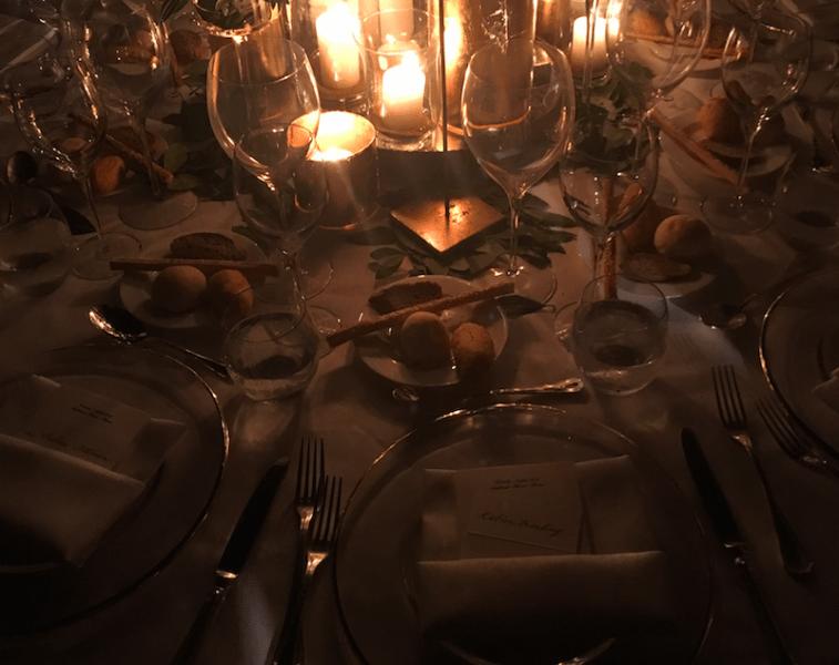 Die Tische waren mit Olivenzweigen und Lorbeerblättern dekoriert