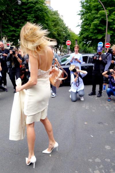 Lena Perminova ist neben Politikergattin und it-Girl eigentlich Model und weiß, wie man sich in Pose schmeißt.