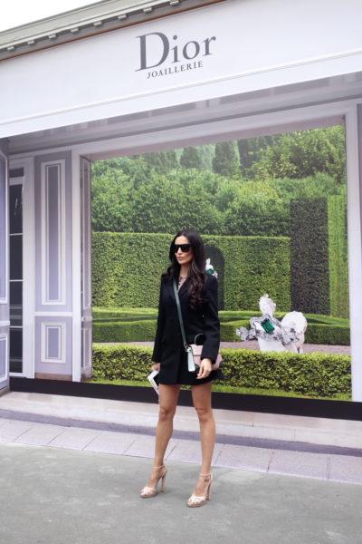 Wer zu Fuß kommt, darf im Rahmen der Dior Boutiquen posieren.