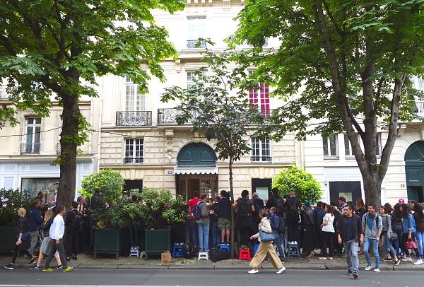 Vor den Salons vor Dior auf der Avenue Montaigne haben sich bereits Stunden vor der Schau die Zaungäste und Fotografen die besten Plätze gesichert.