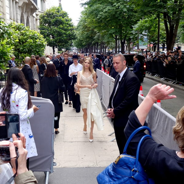 Haute Couture im Umbruch: Salon-Schauen mit Außentheater
