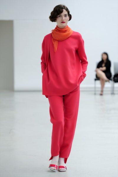 Adéline André ist ein Haute Couture-Veteran und zeigt Jahrzehnten immer im gleichen nackten Ambiente. Andrang herrscht nicht.