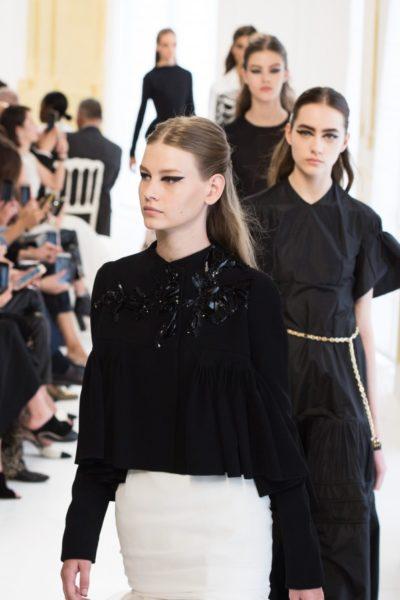 Enger Laufsteg bei Dior: Im Salon-Ambiente fand die Haute Couture Schau statt.