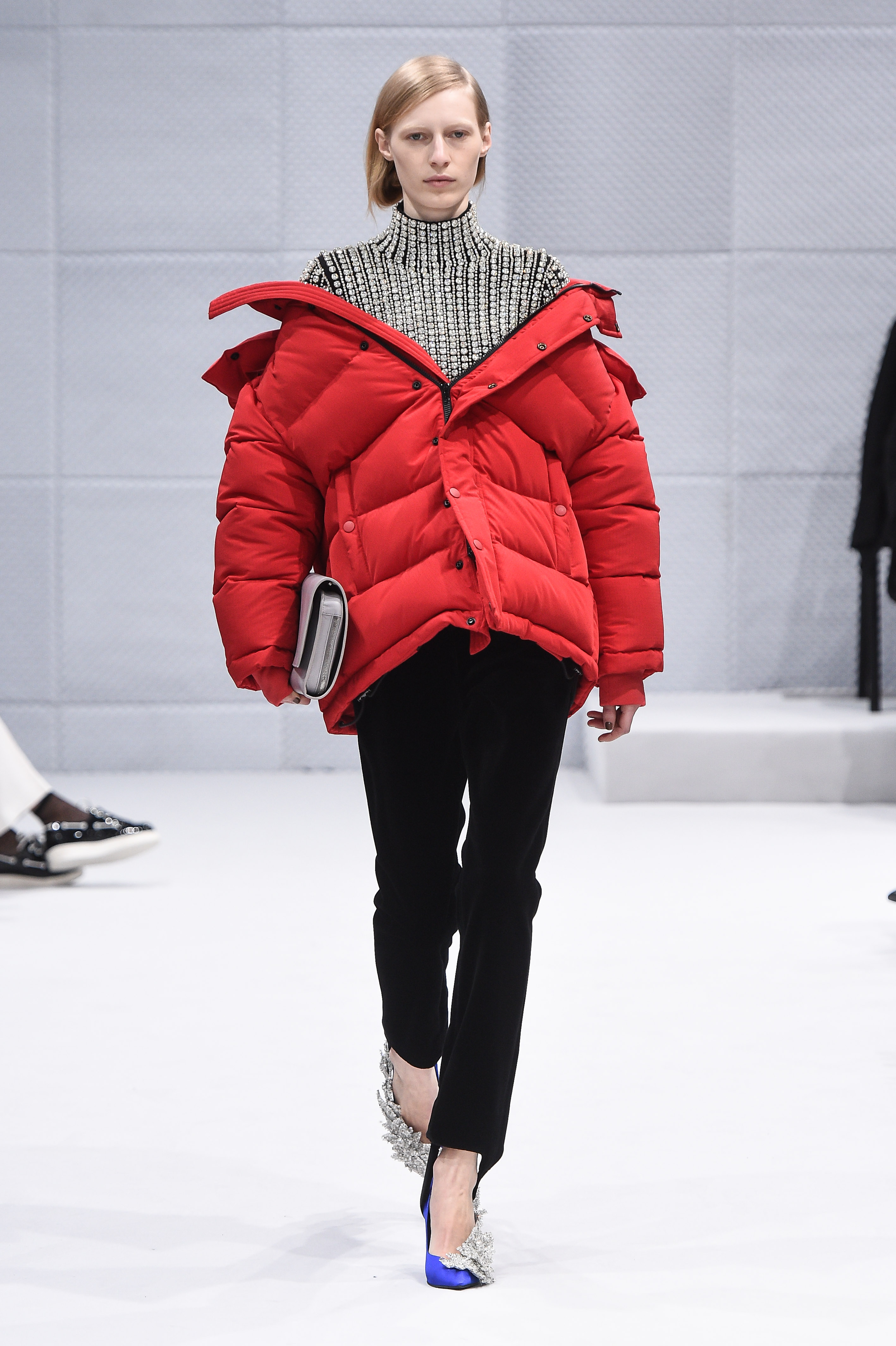 trend daunenjacke pufferjacket designer catwalk laufsteg balenciaga rot schulter julia nobis modepilot