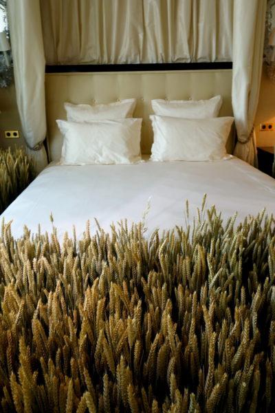 Bettansicht mit Weizen-Dekoration zur Präsentation der Schmuckkollektion.