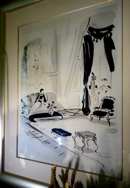 Tuschezeichnung von Coco Chanel auf ihrem berühmten Sofa.