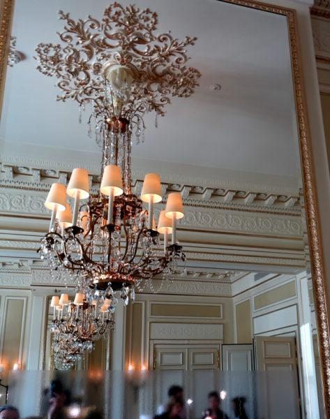 Blick an die Decke mit opulentem Kristallleuchter.