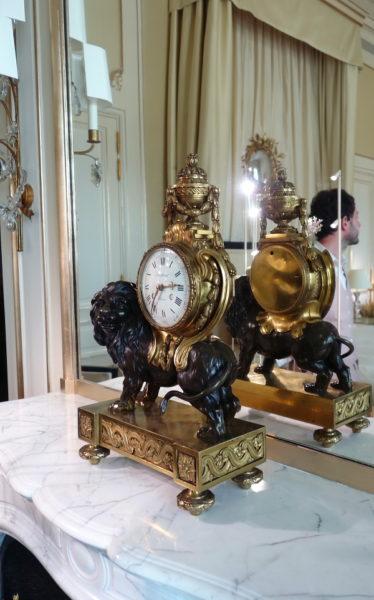 Coco Chanel ist am 19. August im Sternzeichen des Löwen geboren. Löwen, wie bei dieser Standuhr, findet man überall in ihrem Appartement in der Rue Cambon.