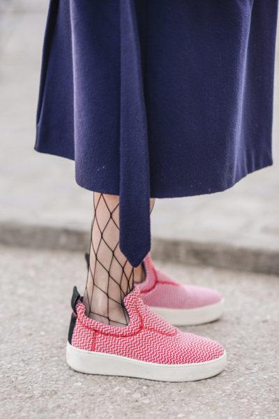 Bullige Sneaker sind sexy? Ja. Wenn man sie mit grobmaschigen Netzstrümpfen kombiniert.