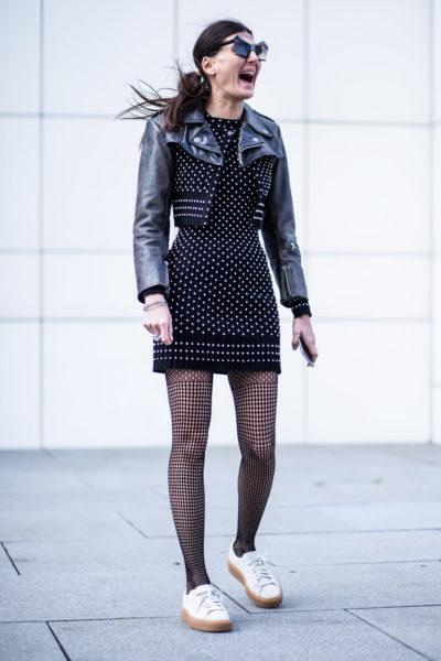 Stylistin Giovanna Engelbert weiß natürlich, wie es geht: Lässige Sneaker geben dem Outfit Coolness, die Netzstrumpfhose wirkt ladylike.