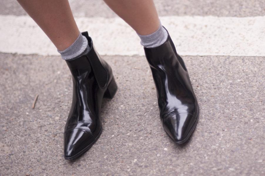 So wird aus einem schlichten Schuh ein Look mit Rock 'n' Roll-Appeal: Schwarze Ankle-Boots mit Glitzersocken