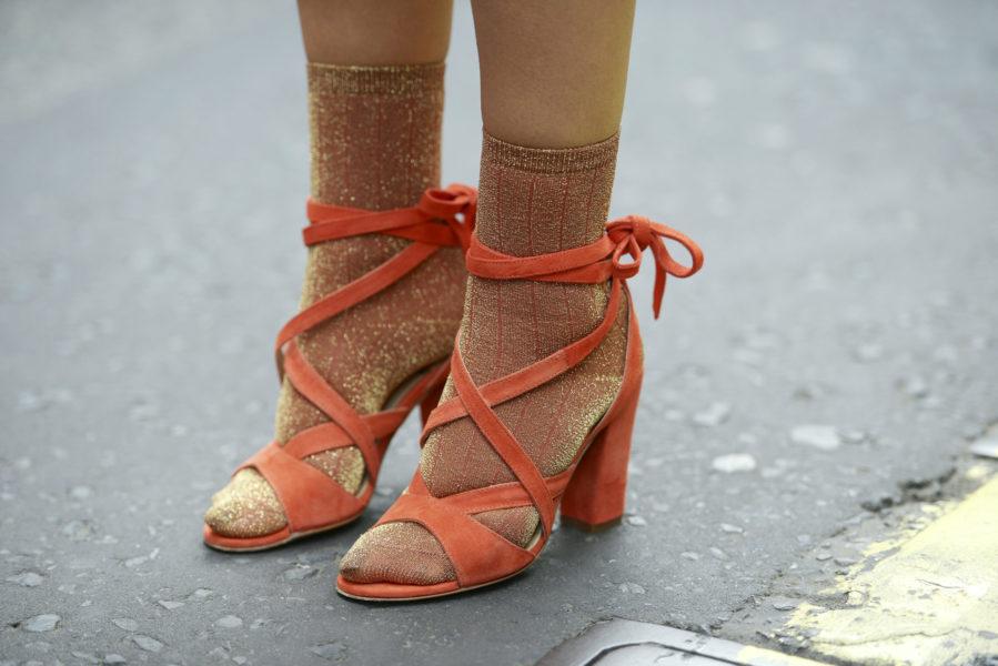 Perfekt abgestimmt: Die Glitzersöckchen bleiben in der Farbfamilie der Sandalen.