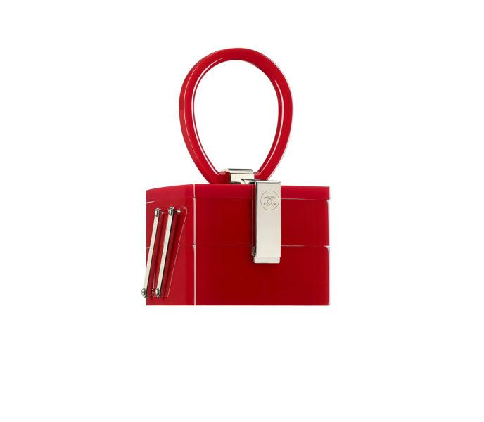 Die Fashion Show war eine Hommage an die Schneider-Ateliers. Wie diese Tasche: Minaudières aus Harz in der Form eines Nähkästchens.
