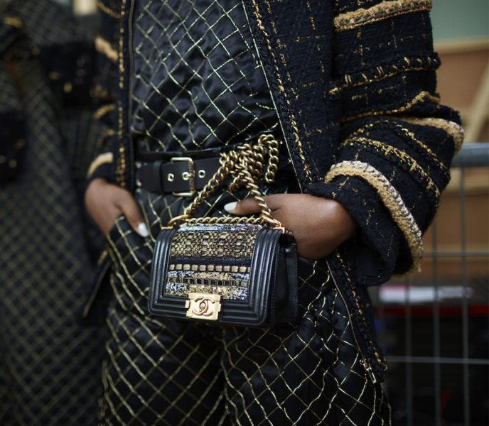 """Kathrin schwärmte in dem Artikel """"Die Freihandtaschen"""" für Gürteltaschen. Scheinbar ist sie sich bei diesem Look mit Karl Lagerfeld einig."""