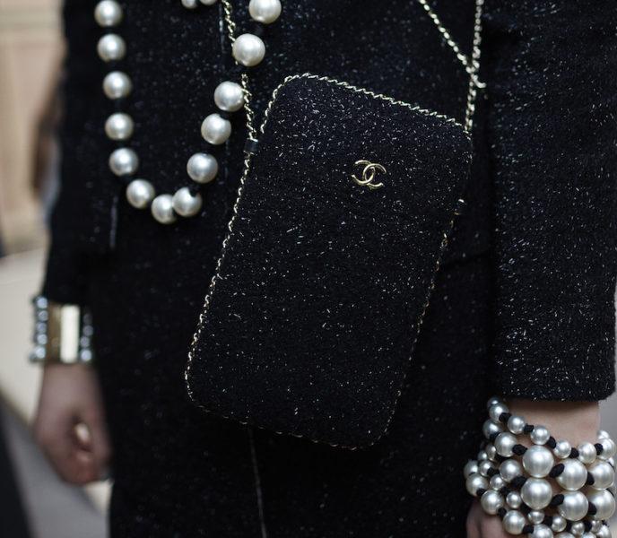Dieses Modell hätte Coco Chanel bestimmt gut gefallen: Man hat die Hände frei und man muss trotzdem  nicht zum Rucksack greifen.