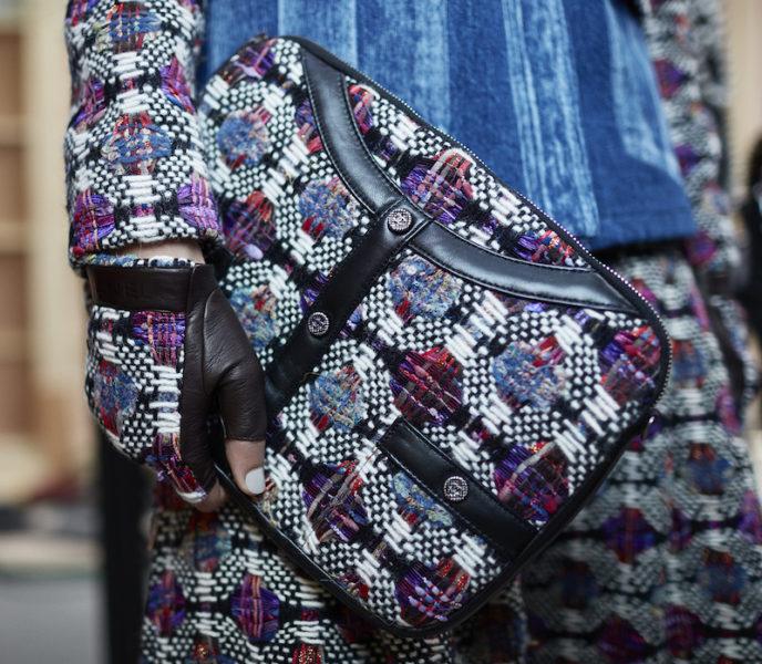 Die Girl-Bag, lanciert im Sommer 2015 und inspiriert von der Chanel-Kastenjacke, gibt es jetzt auch in einem Pochetteformat aus ein- oder zweifarbigem gestepptem Leder, mit oder ohne Tweed. Die  Tasche verfügt über einen Kettenriemen mit eingeflochtenem Leder, der einseitig abnehmbar ist, um sie in der Hand oder über der Schulter zu tragen.