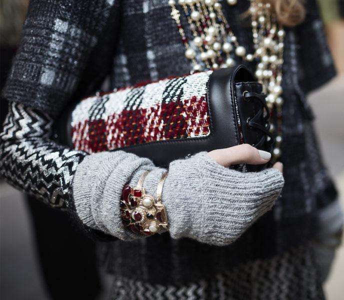 … einige Taschen greifen die Korsettschnürung auf, die auch Kleider und Stiefel zierte.