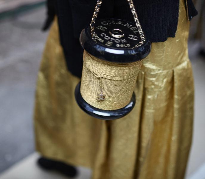 Oder die Tasche in Form einer Garn-Rolle. Diese Miniaudière kostet 6.990 Euro.