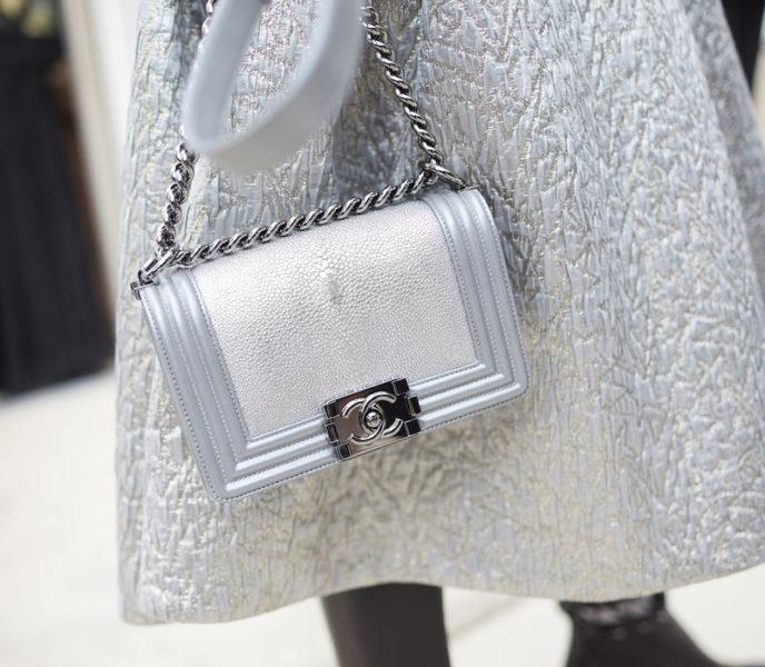 """Die Boy-Bag, inspiriert von der """"boyisch attitude"""" von Coco – in metallic."""