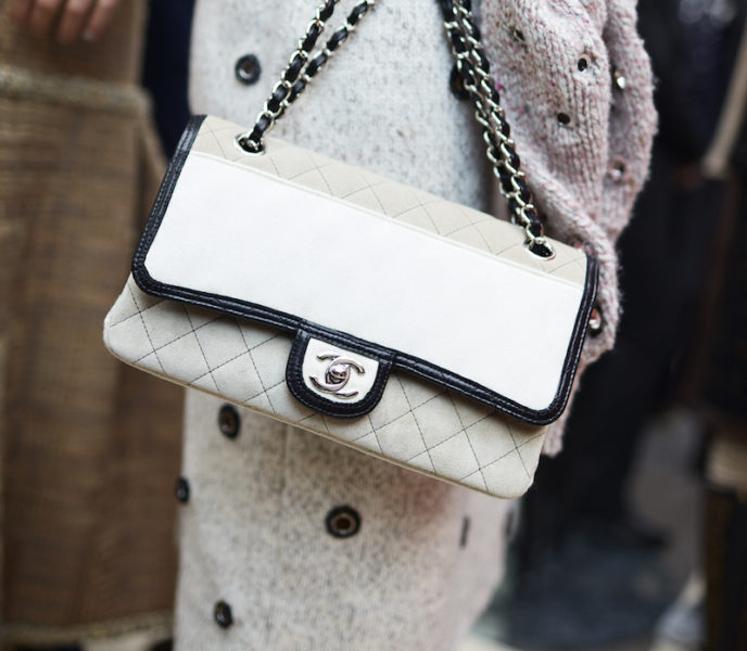 Bi-Color ist ein typisches Merkmal für Chanel – man denke nur an die berühmten Sling-Pumps oder Espadrilles.