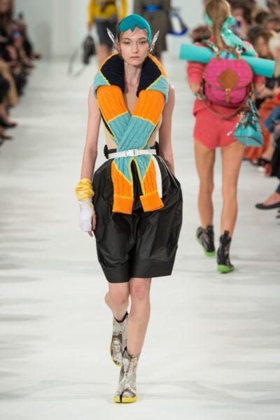 Auch eine Idee: Schal oder die Ärmel eines Pullis drübertragen und fest binden. Gesehen bei Maison Margiela.