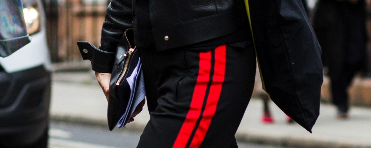 Schwarze hose mit rotem streifen