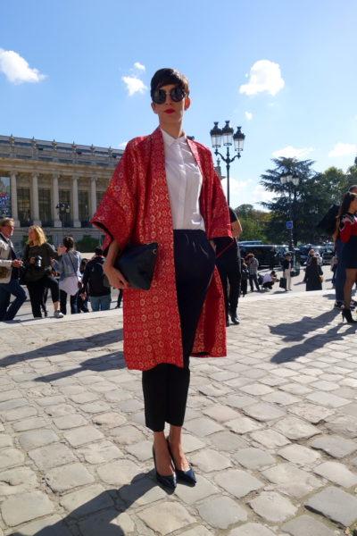Kimono als Eyecatcher zum 08/15 Outfit aus schwarzer Hose mit weißer Bluse.