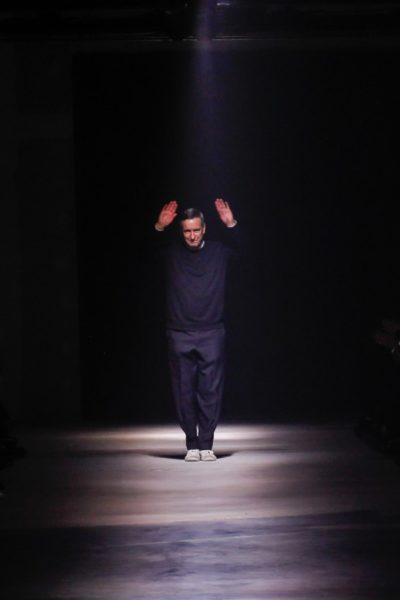 Dries van Noten: Salutieret diskret wie immer kurz beim Abschluss seiner Show.